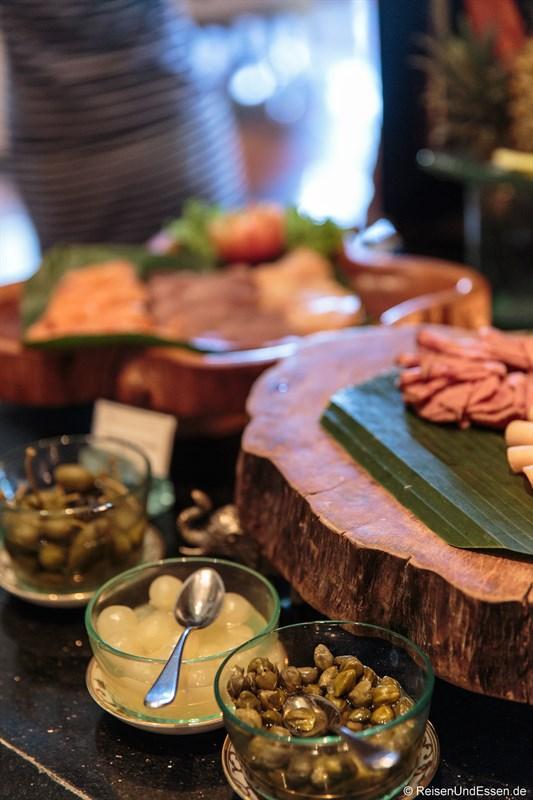 Kapern, Zwiebeln und frische Wurst in der Club InterContinental Lounge