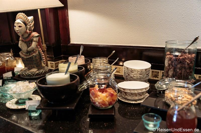 Frühstücksbuffet mit balinesischen Elementen