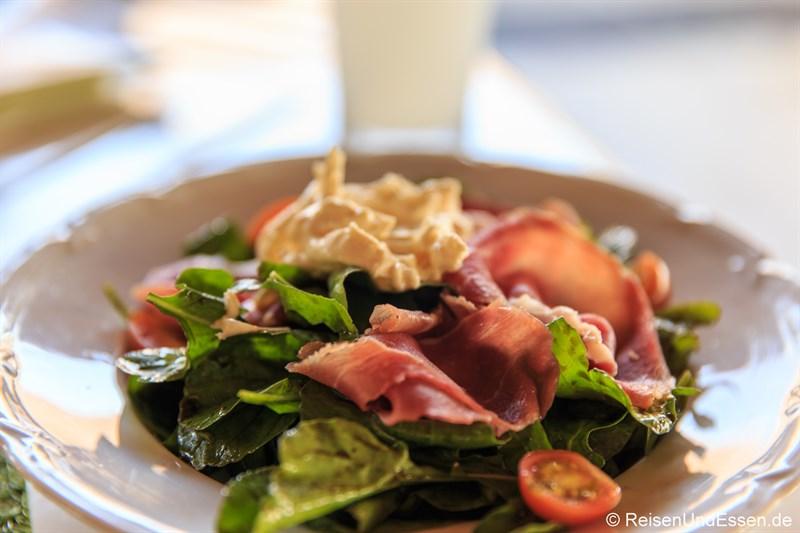 Frischer Salat mit Schinken