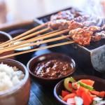 Sate Ayam auf dem Tischgrill