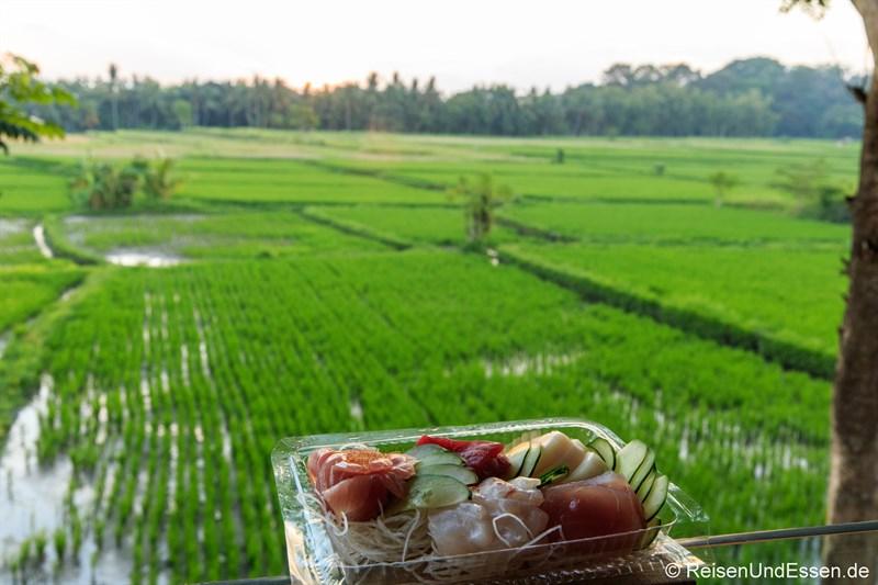 Sushi auf dem Balkon mit Blick auf Reisfelder