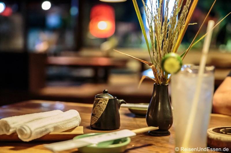 Tisch im japanischen Restaurant Ryoshi in Ubud