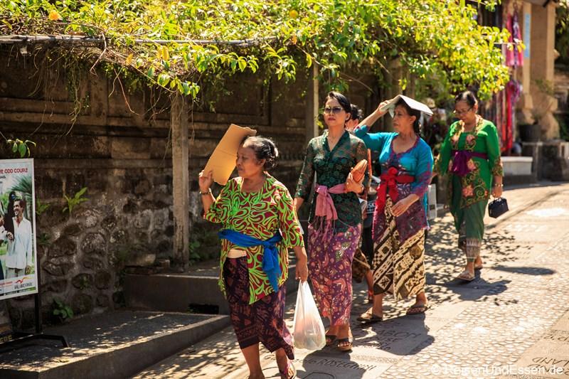 Balinesinnen auf dem Weg zu einer Begräbniszeremonie in Ubud