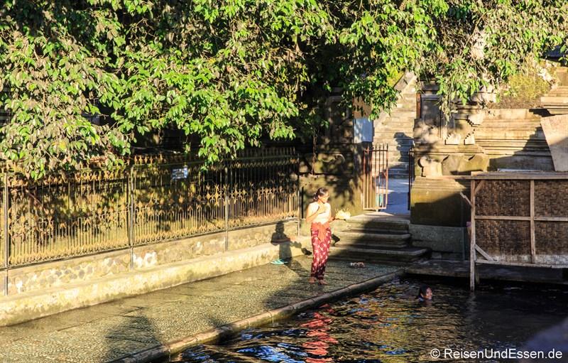 Balinesin vor Becken mit heiligen Wasser