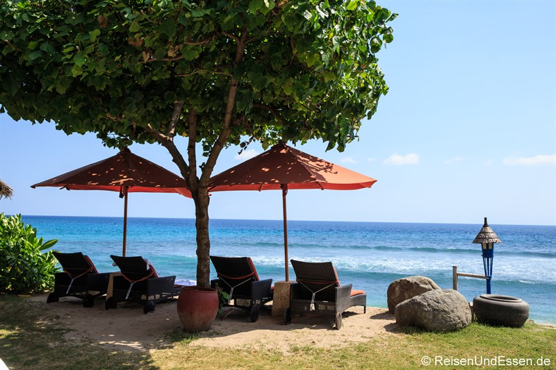 Liegen am Strand vom Sudamala Suites & Villas