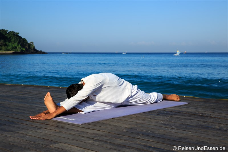 Yogaübungen am Strand