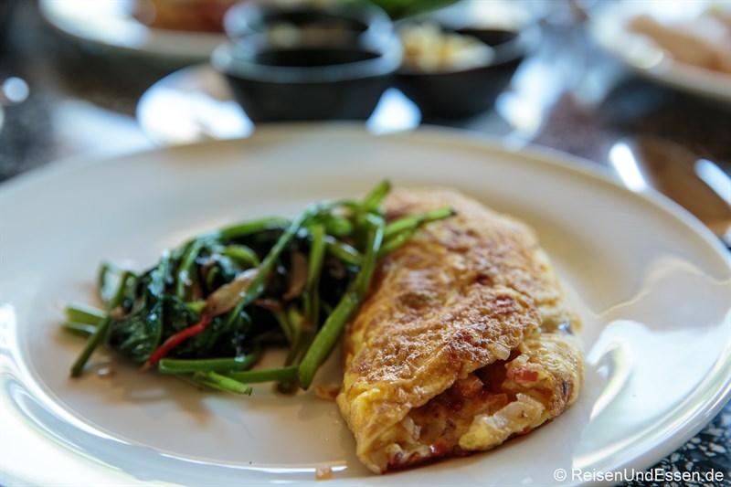 Frühstück mit Omelette und Spinat