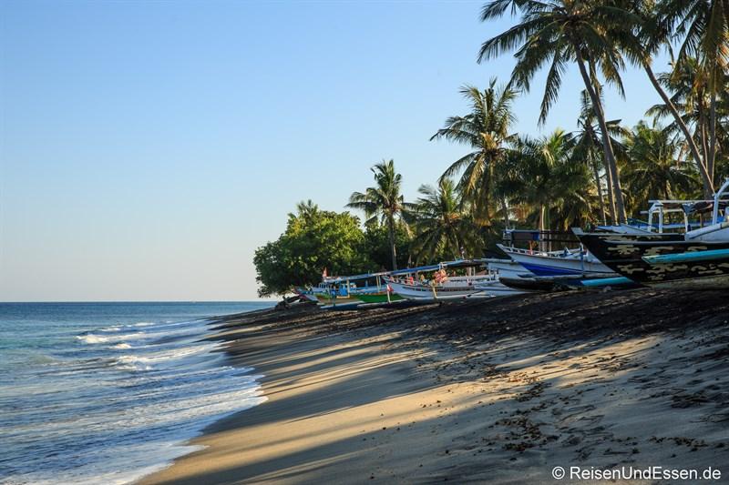Strand beim Sudamala Suites & Villas mit Booten