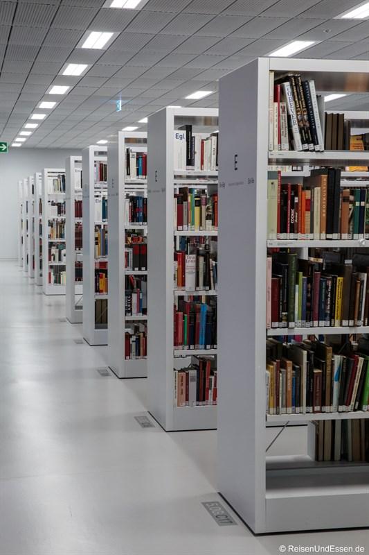 Bücherregale in der Stadtbibliothek Stuttgart