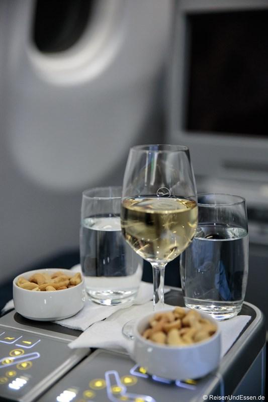 Glas Champagner als Aperitif beim Flug mit Lufthansa von München nach Peking