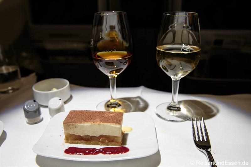 Mascarpone-Birnenschnitte als Dessert beim Flug mit Lufthansa von München nach Peking