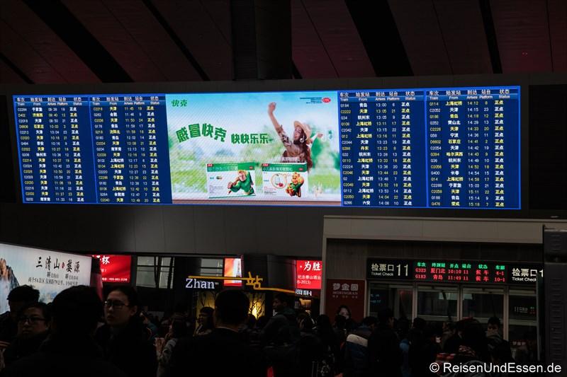 Anzeigetafel im Bahnhof Beijing Süd