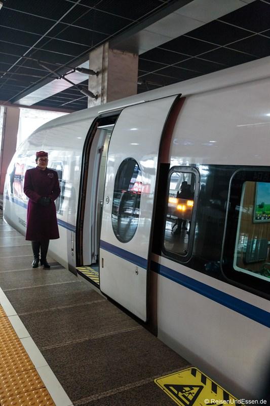 Zugbegleiterin bei Wagen 8 in Beijing Süd