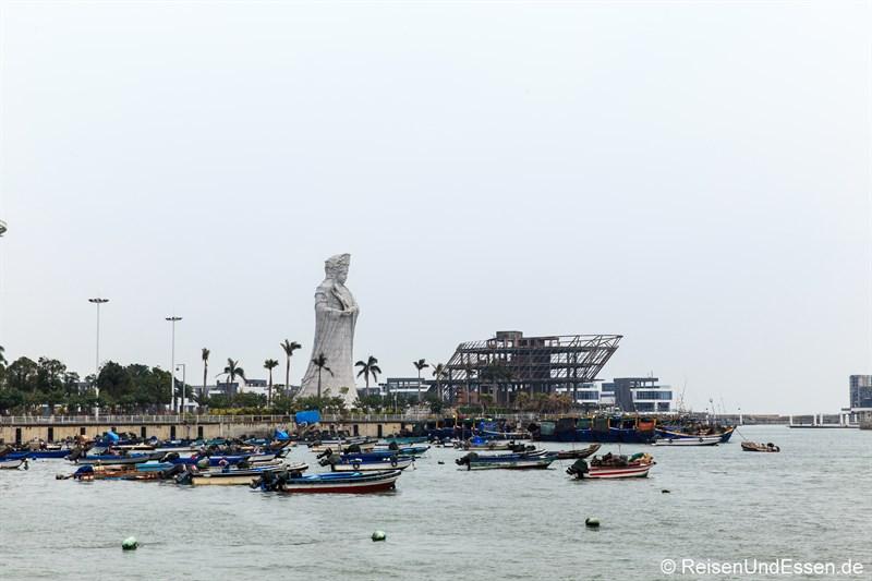 Fischerboote und Statue in Xiamen