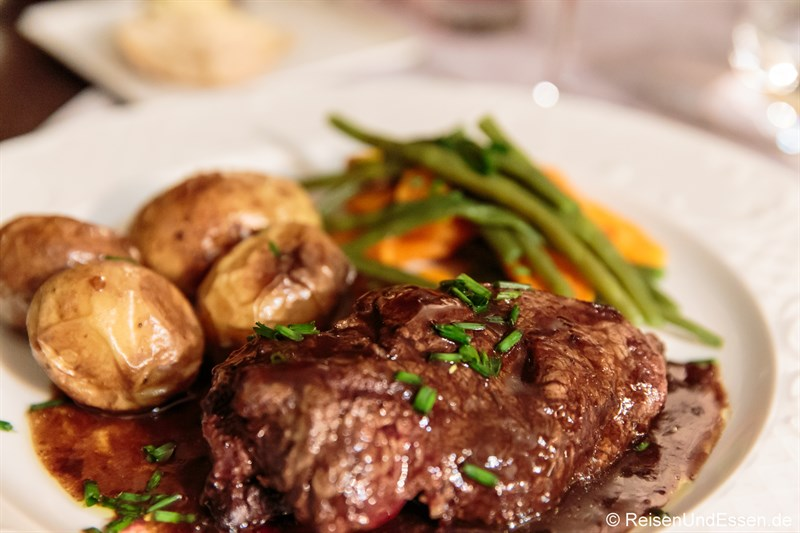 Hauptspeise mit Rinderfilet im Hotel de France in Ornans