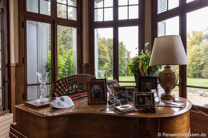 Piano im Wohnzimmer im Chateau de la Presle