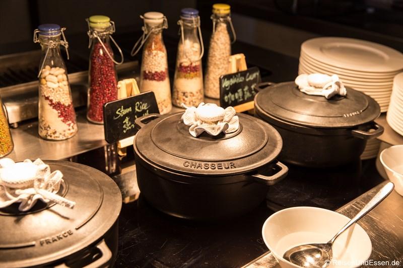 Warmes Essen beim Frühstück im Kempinski