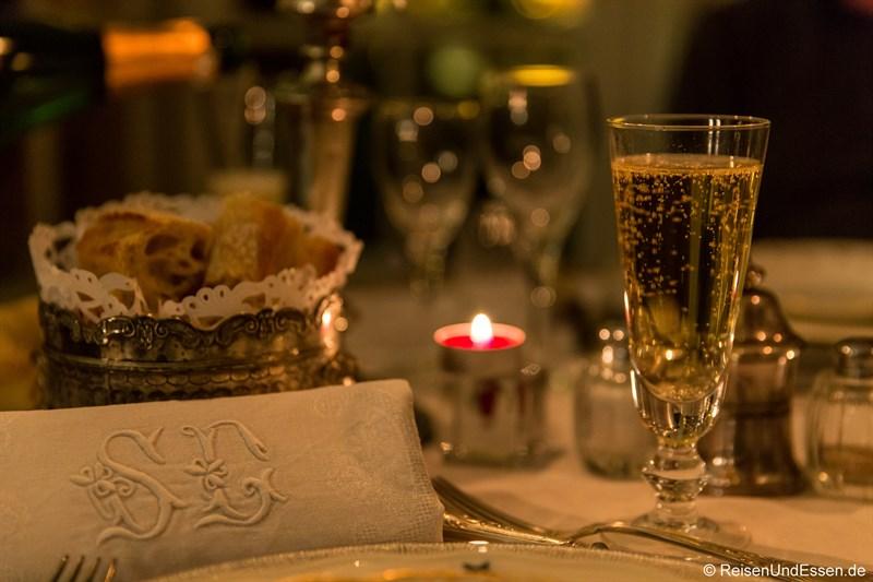 Champagner zum Diner im Chateau de la Pressle