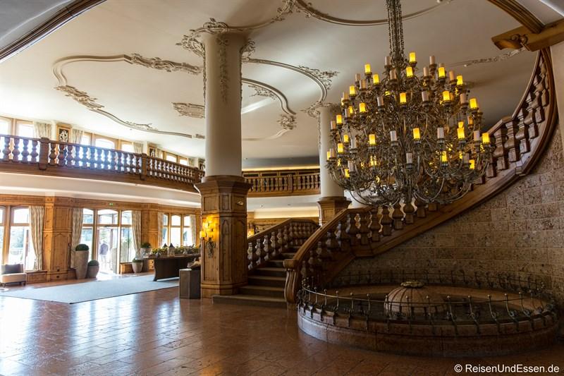 Lobby und Aufgang im Interalpen-Hotel Tyrol