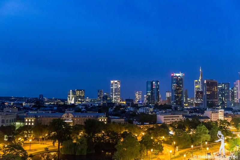 Blick vom Maritim auf die Skyline in Frankfurt bei Nacht