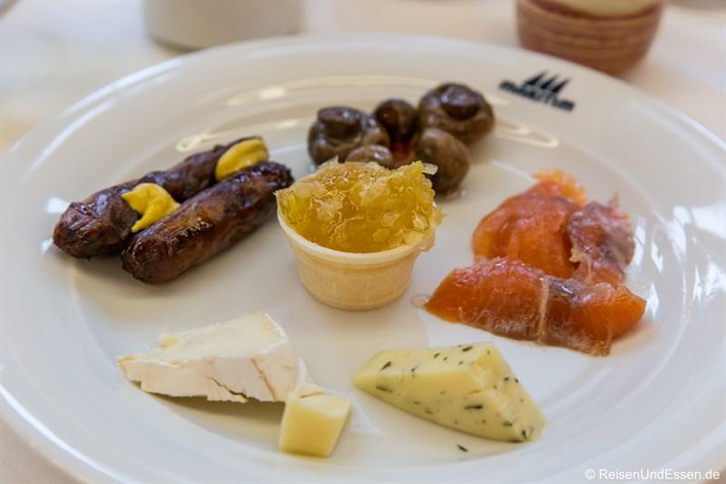 Frühstück mit Würsten, Lachs und Käse