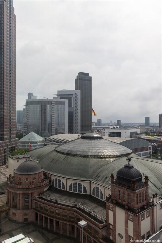 Blick vom Schwimmbad auf Messe Frankfurt