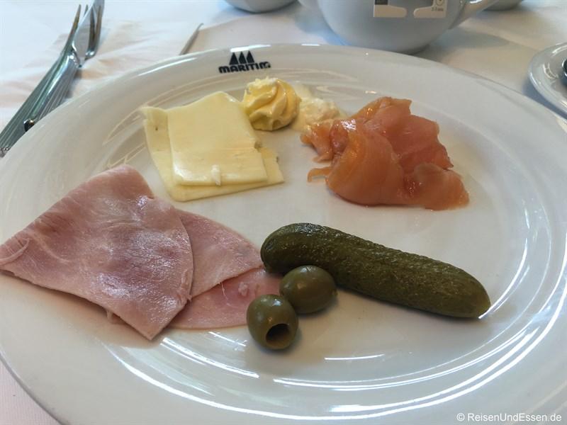 Schinken, Lachs und Käse zum Frühstück