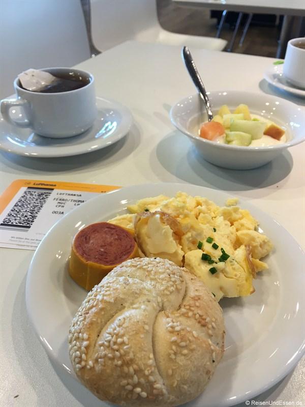 Frühstück in der Lufthansa Lounge in München - Flug von München nach Tokio