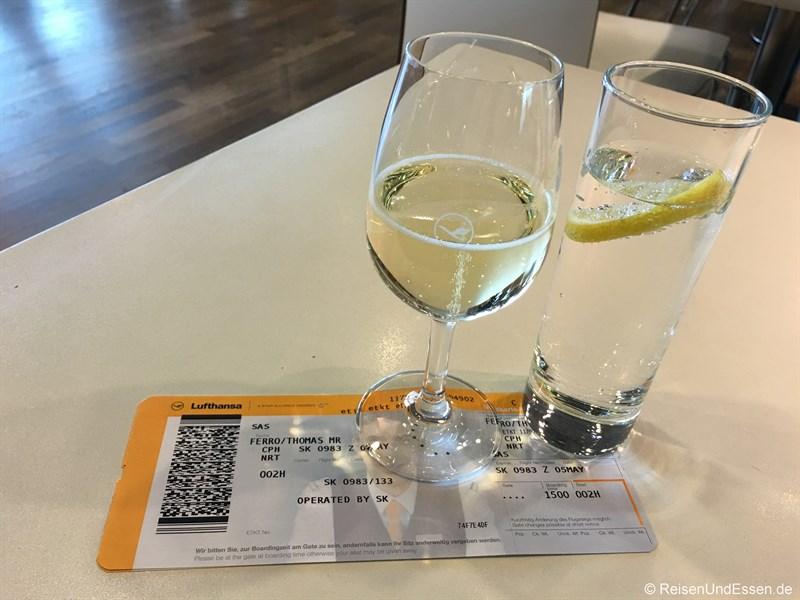 Glas Prosecco in der Lufthansa Lounge - Flug von München nach Tokio