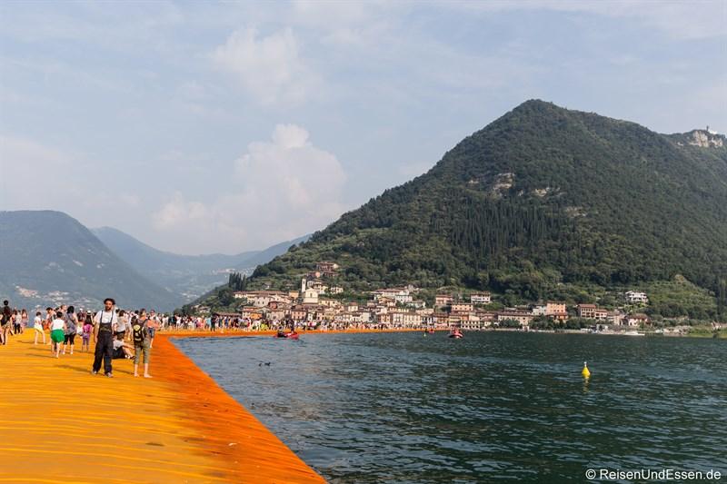 Floating Pier von Christo Richtung Monte Isola