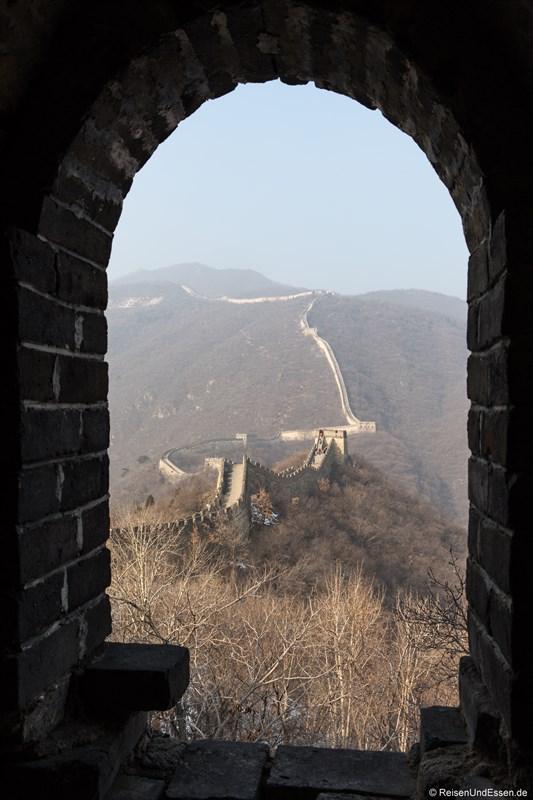 Blick vom Wachturm auf die menschenleere Chinesische Mauer in Mutianyu