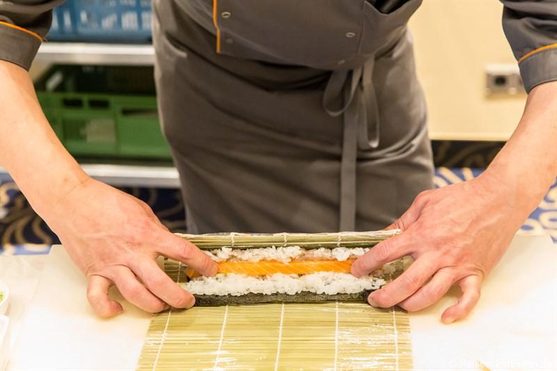 Sushi rollen beim Kurs