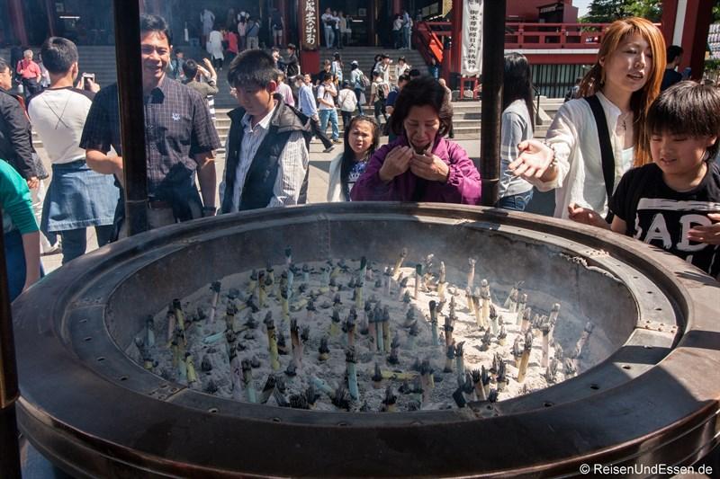 Räucherstäbe beim Senso-ji Tempel