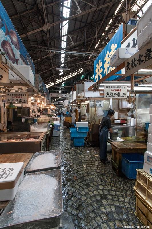 Gang im Tsukiji Tokio Fischmarkt