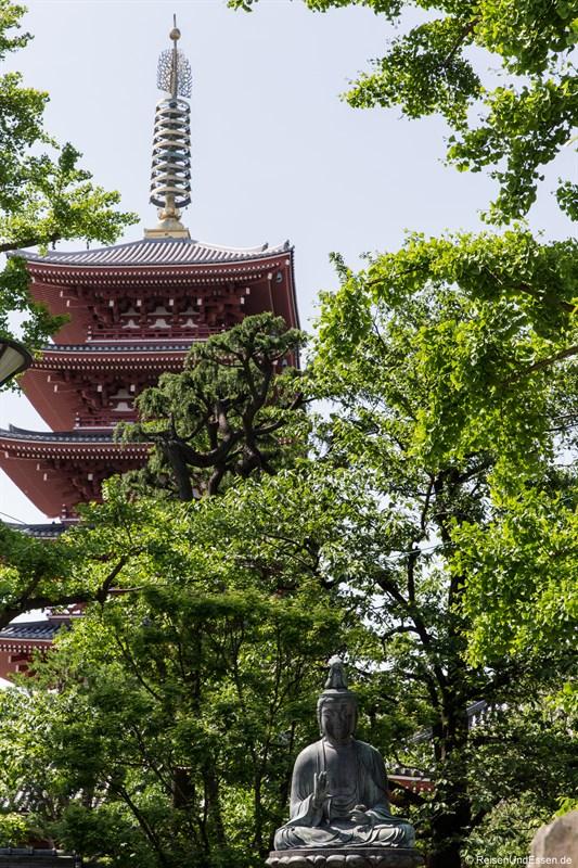 Buddha im Japanischen Garten beim Senso-ji Tempel