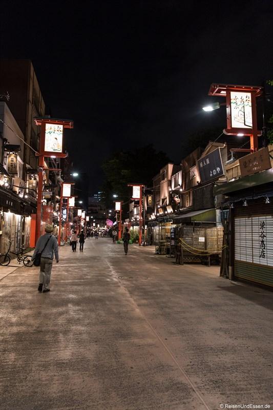 Gasse in Asakusa bei Nacht