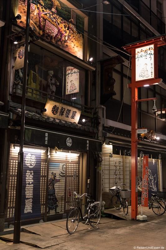 Hausfront in Asakusa bei Nacht