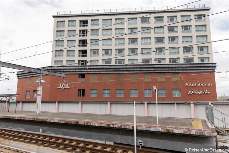 Blick vom Bahnhof auf Hotel Nikko Nara