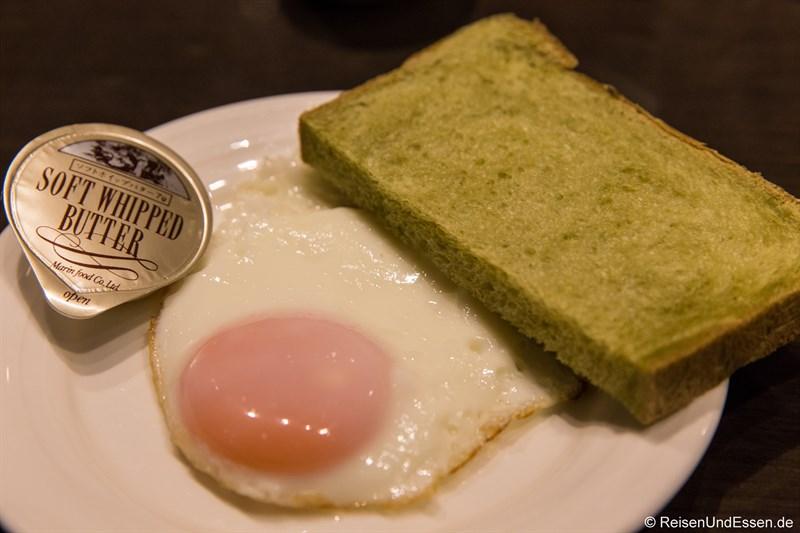 Spiegelei mit grünem Toast