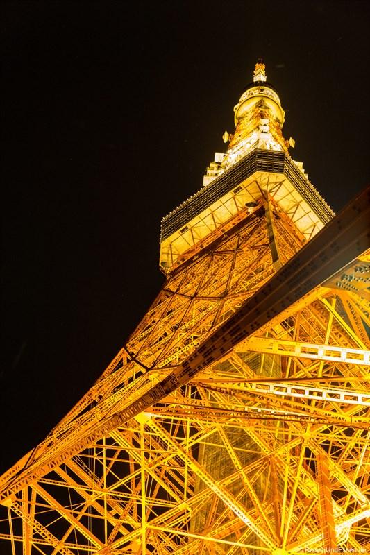 Blick von unten auf Tokyo Tower bei Nacht