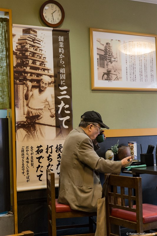 Älterer Japaner im Imbiss in Tokio