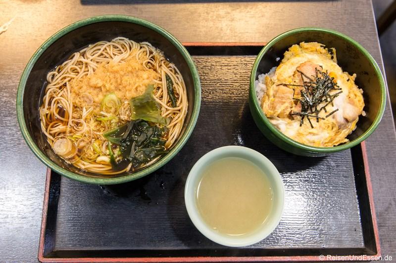 Nudelsuppe im japanischen Imbiss