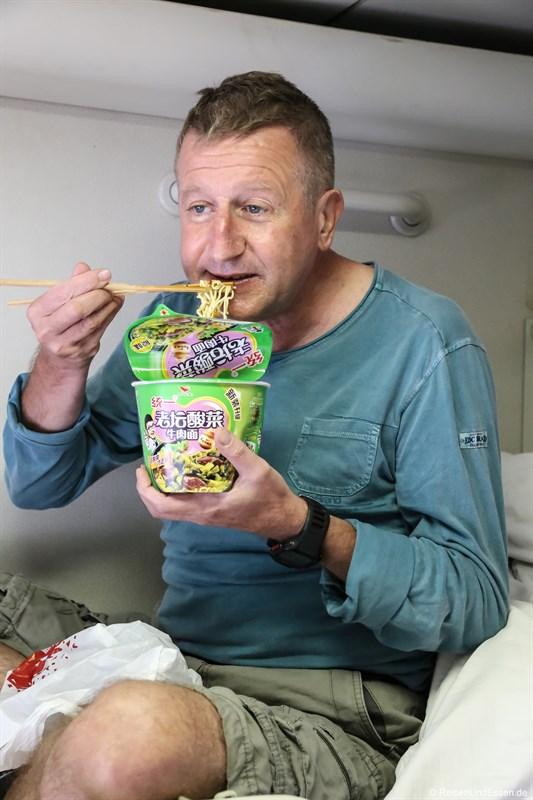 Nudelsuppe im Zug von Beijing nach Chengdu