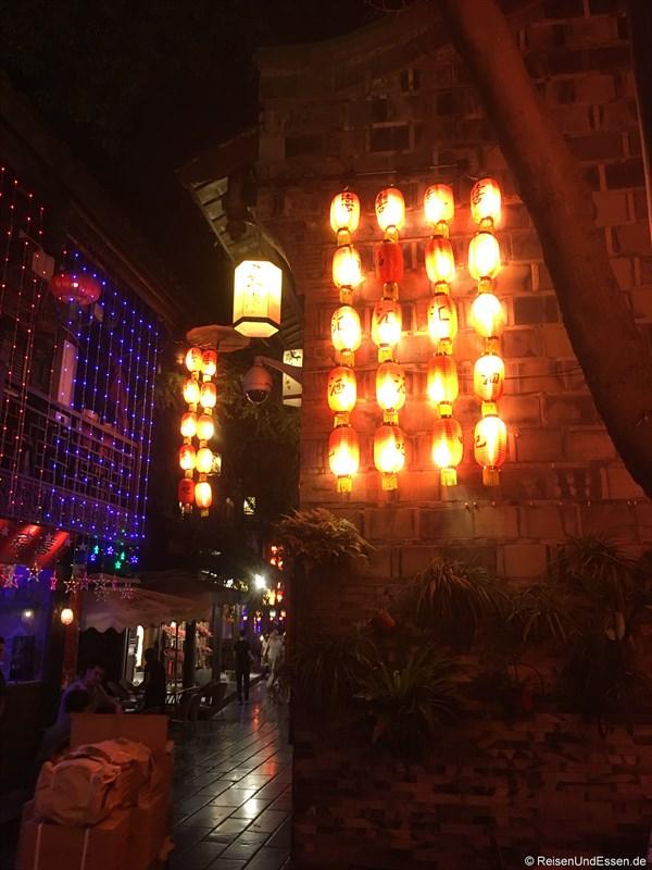 Beleuchtete Laternen in der Jinli Strasse