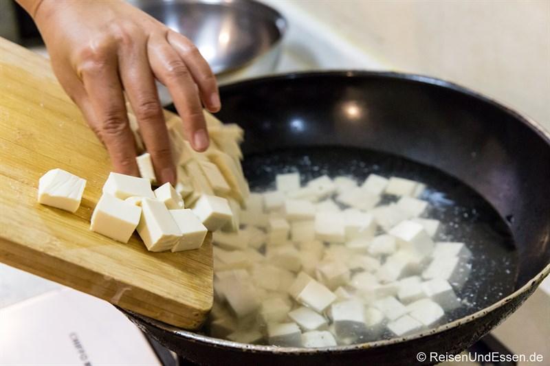 Kochen von Tofu in Würfeln