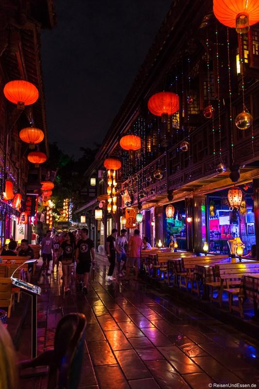 Jinli Strasse mit Bars bei Nacht
