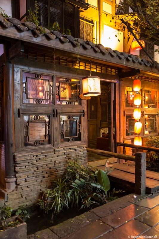 Teehaus mit beleuchteten Laternen