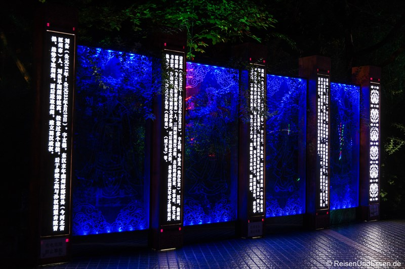 Beleuchtete Wand mit chinesischen Schriftzeichen
