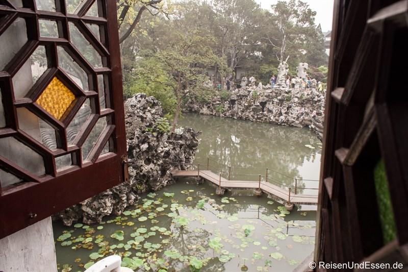 Blick aus dem Teehaus auf den Teich und die Felsen