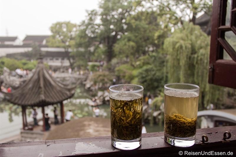 Grüner Tee und Ausblick auf den Garten